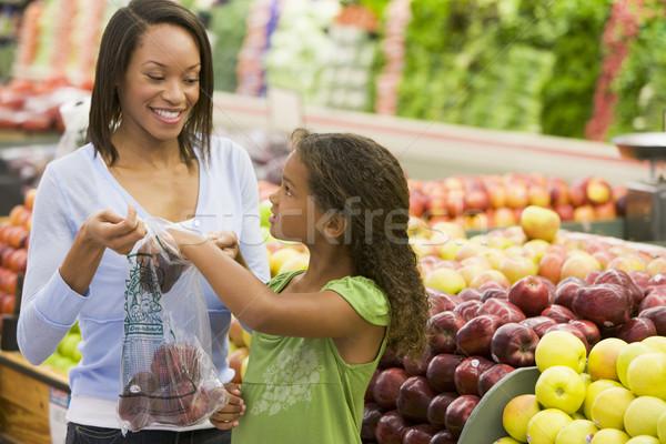 Madre figlia produrre sezione supermercato ragazza Foto d'archivio © monkey_business