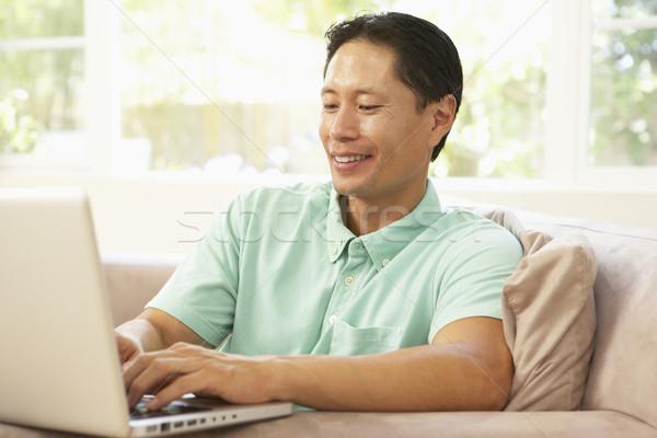 Photo stock: Jeune · homme · utilisant · un · ordinateur · portable · maison · heureux · portable · technologie