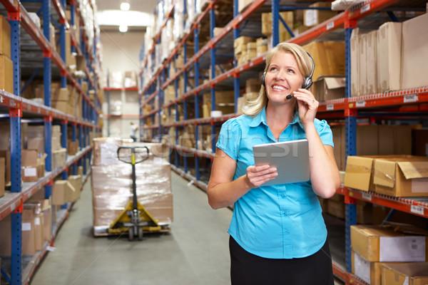деловая женщина цифровой таблетка распределение склад женщины Сток-фото © monkey_business