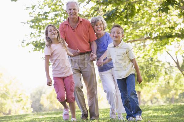 Foto stock: Avós · caminhada · netos · família · menina · criança
