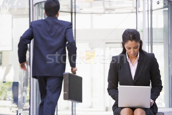 Сток-фото: деловая · женщина · рабочих · ноутбука · за · пределами · служба · компьютер
