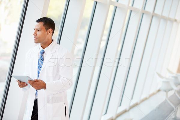 Orvos digitális tabletta folyosó modern kórház Stock fotó © monkey_business