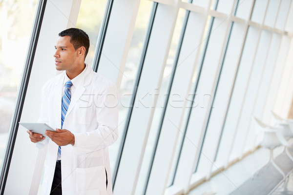 Doktor dijital tablet koridor modern hastane Stok fotoğraf © monkey_business