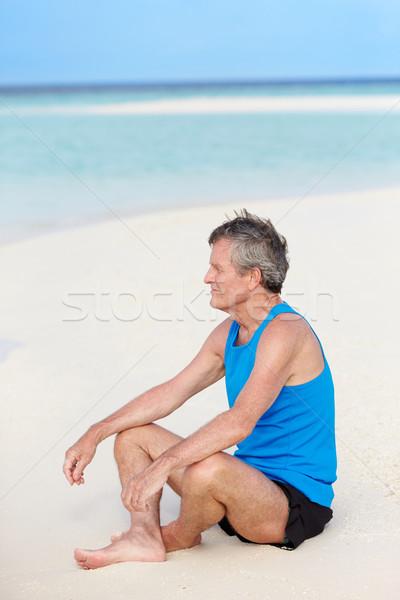 Idős férfi sportruházat megnyugtató gyönyörű tengerpart Stock fotó © monkey_business
