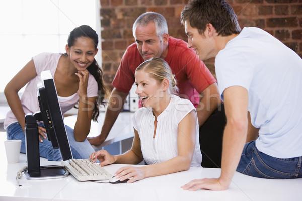 Photo stock: Cinquième · gens · d'affaires · bureau · espace · regarder · ordinateur