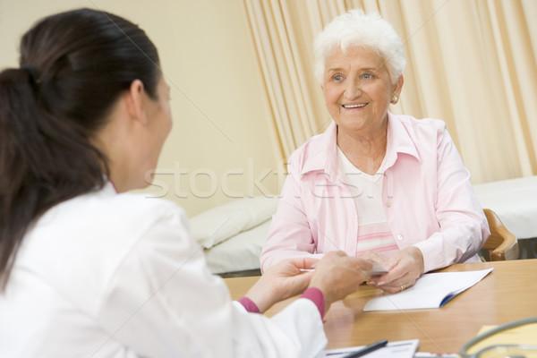 女性 笑顔の女性 笑みを浮かべて 医師 幸せ ストックフォト © monkey_business