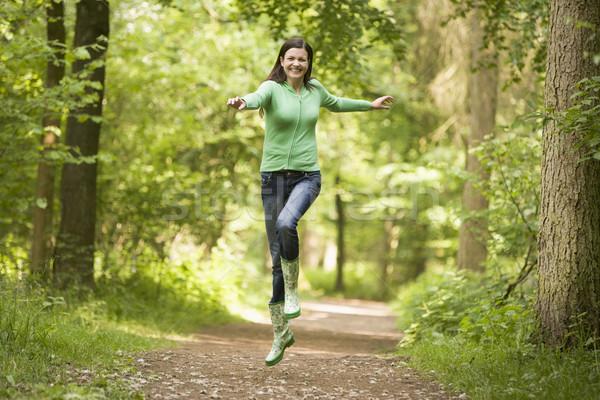 Foto stock: Mulher · saltando · caminho · sorrindo · sorridente · energia