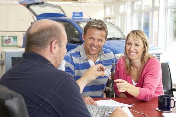 пару заполнение документы автомобилей выставочный зал женщину Сток-фото © monkey_business