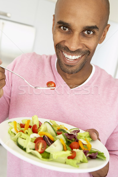 Középkorú férfi eszik saláta étel férfi boldog Stock fotó © monkey_business