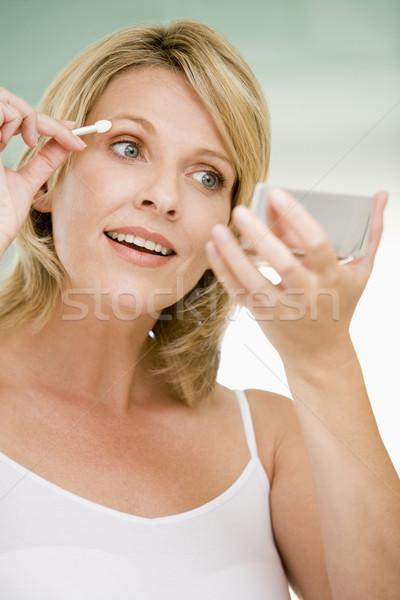 Stock foto: Frau · Lidschatten · lächelnde · Frau · glücklich · Bad · weiblichen