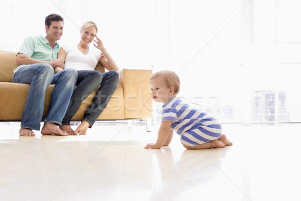 Foto stock: Casal · sala · de · estar · bebê · sorridente · homem · casa