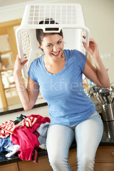 Femme séance compteur de cuisine panier à linge tête femmes Photo stock © monkey_business