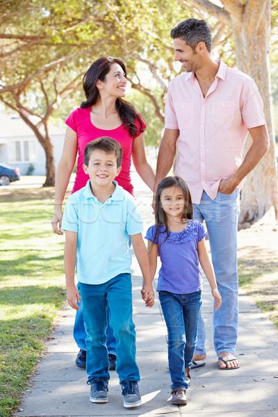 Familie mers suburban stradă femei copil Imagine de stoc © monkey_business