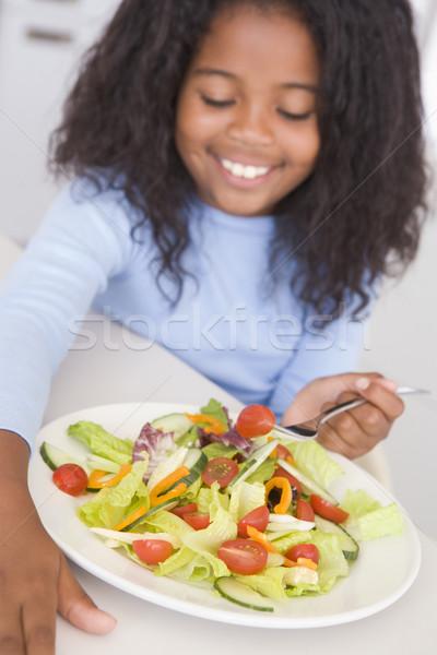 Stok fotoğraf: Genç · kız · mutfak · yeme · salata · gülen · kız