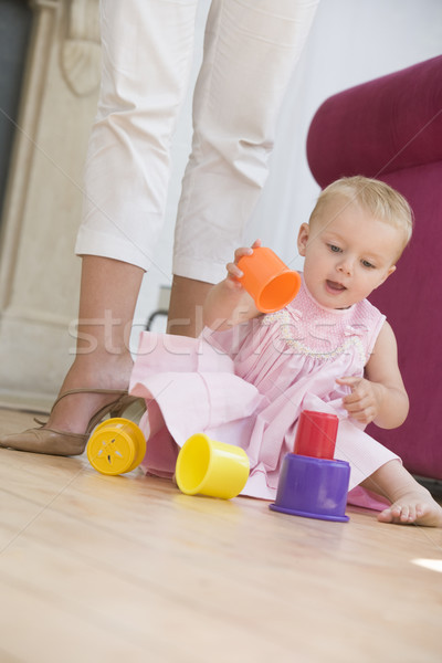 Сток-фото: матери · гостиной · ребенка · играет · девушки · счастливым