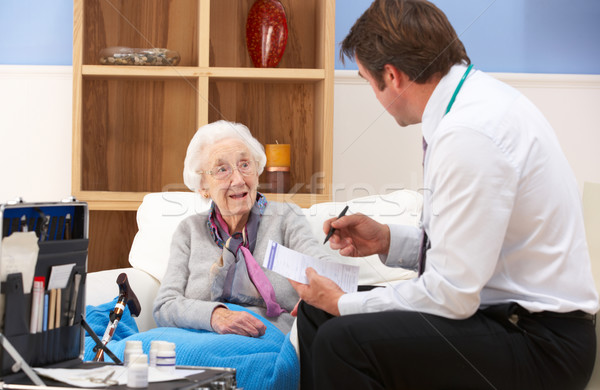 старший женщину домой говорить гостиной женщины Сток-фото © monkey_business