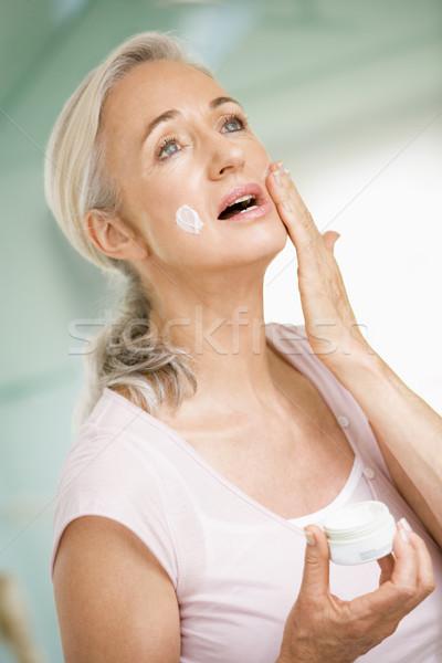 Foto stock: Mulher · feliz · banheiro · feminino
