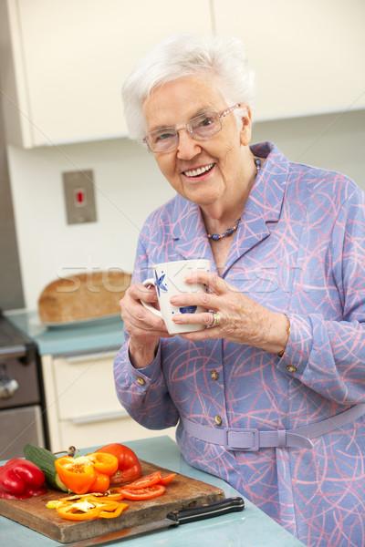 старший женщину внутренний кухне продовольствие Сток-фото © monkey_business