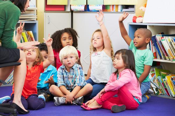 Grupo elementar alunos sala de aula pergunta escolas Foto stock © monkey_business