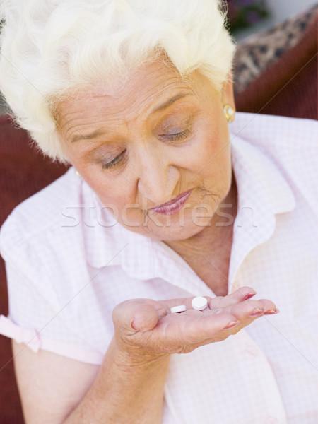 Mujer toma pastillas medicina camisa altos Foto stock © monkey_business