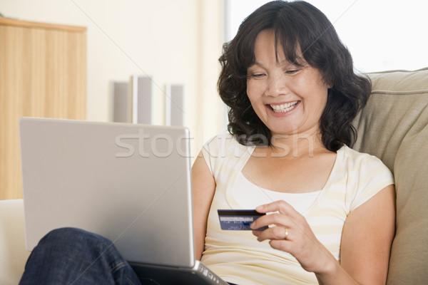 Stockfoto: Vrouw · woonkamer · met · behulp · van · laptop · creditcard · computer