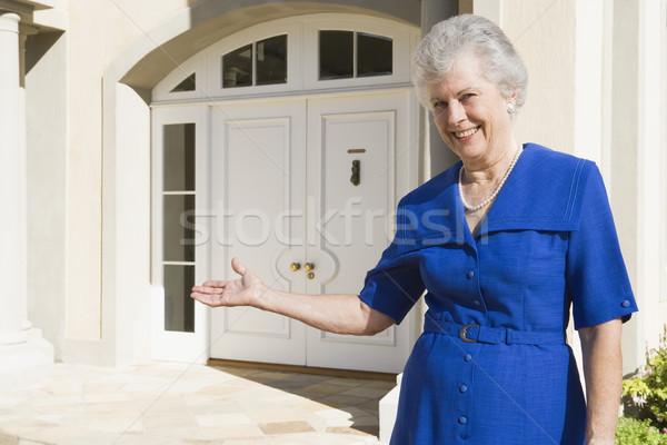 Foto stock: Senior · mulher · em · pé · fora · casa · casa
