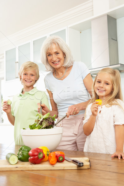 Petits enfants aider grand-mère salade modernes Photo stock © monkey_business