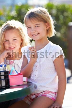 Tinilányok bevásárlótáskák szabadtér kávézó barátok tini Stock fotó © monkey_business