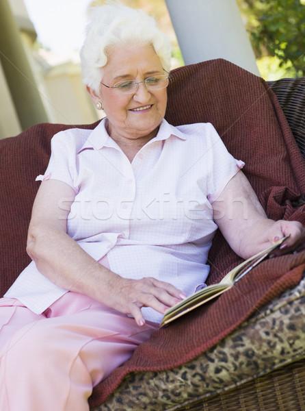 Foto stock: Senior · mulher · leitura · livro · sessão