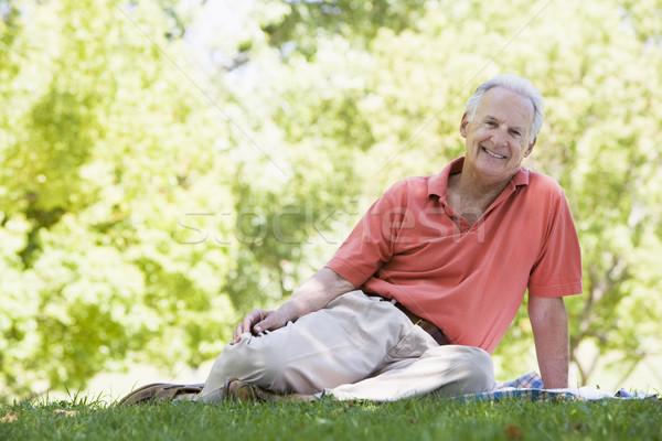 Foto stock: Senior · homem · relaxante · parque · sessão · grama