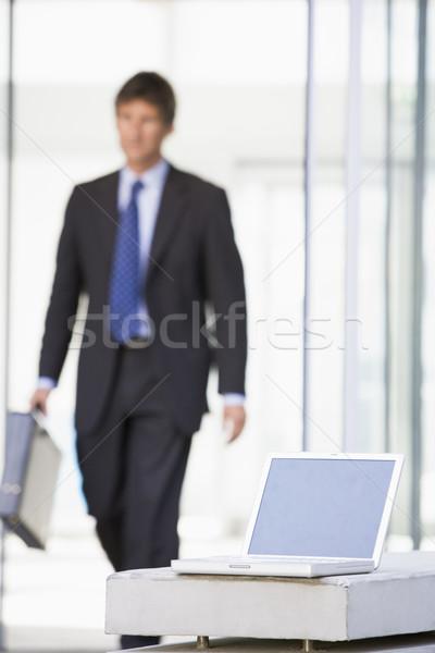 Laptop posiedzenia biuro lobby biznesmen spaceru Zdjęcia stock © monkey_business