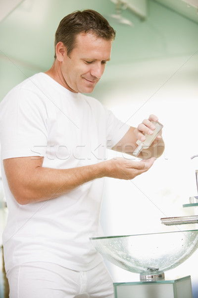 Man badkamer aftershave glimlachend schoonheid Stockfoto © monkey_business