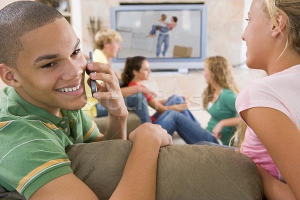 Foto stock: Adolescentes · colgante · fuera · televisión · teléfonos · móviles · teléfono