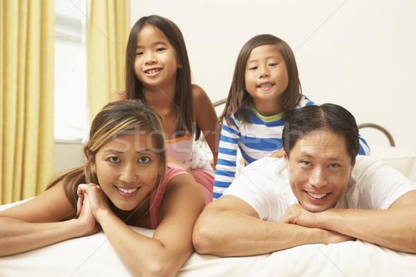 ストックフォト: 小さな · 家族 · リラックス · ベッド · 子供 · 男