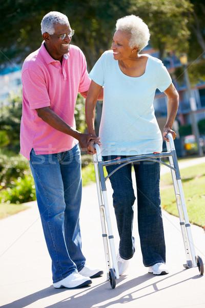 Altos hombre ayudar esposa caminando marco Foto stock © monkey_business