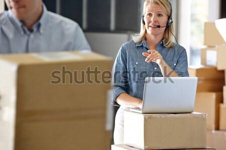 Kobiet kierownik zestawu dystrybucja magazynu człowiek Zdjęcia stock © monkey_business