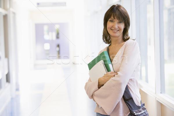 Foto stock: Mujer · mochila · pie · campus · corredor · libro