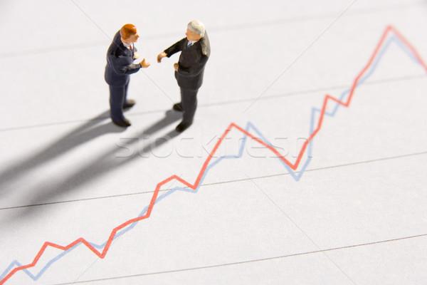 Foto stock: Dos · empresarios · apretón · de · manos · línea · gráfico · idea