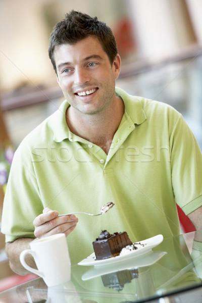 Foto d'archivio: Uomo · mangiare · pezzo · torta · mall · caffè