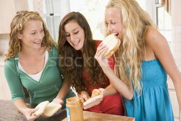 Stockfoto: Tienermeisjes · sandwiches · gelukkig · keuken · vrienden