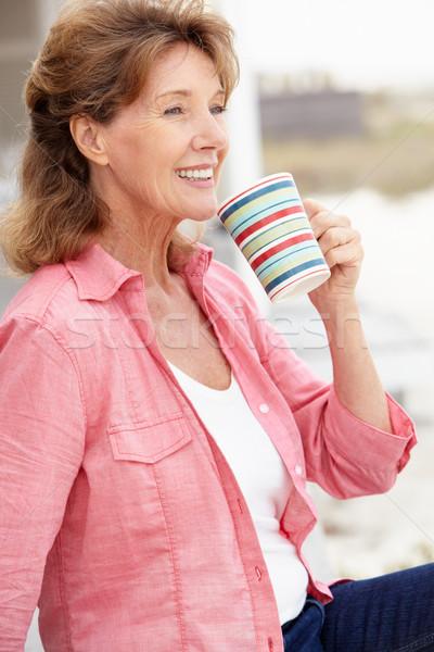 старший женщину расслабляющая улице пляж кофе Сток-фото © monkey_business