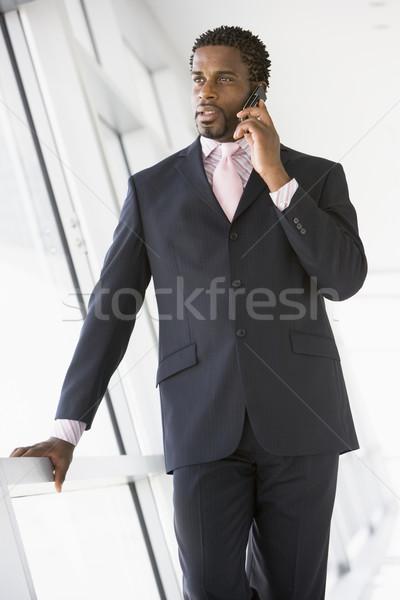 Biznesmen stałego korytarz telefon komórkowy działalności biuro Zdjęcia stock © monkey_business