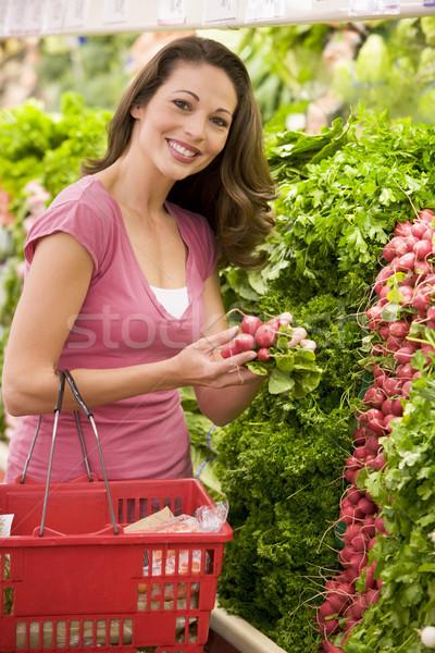 Donna produrre sezione shopping supermercato alimentare Foto d'archivio © monkey_business