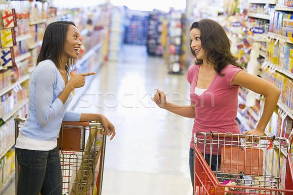 Foto stock: Duas · mulheres · reunião · supermercado · corredor · mulheres