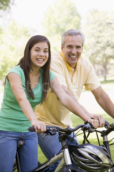 ストックフォト: 男 · 少女 · バイク · 屋外 · 笑みを浮かべて · 笑顔