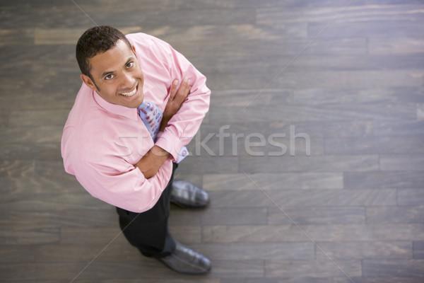 Zakenman permanente binnenshuis glimlachend man werk Stockfoto © monkey_business