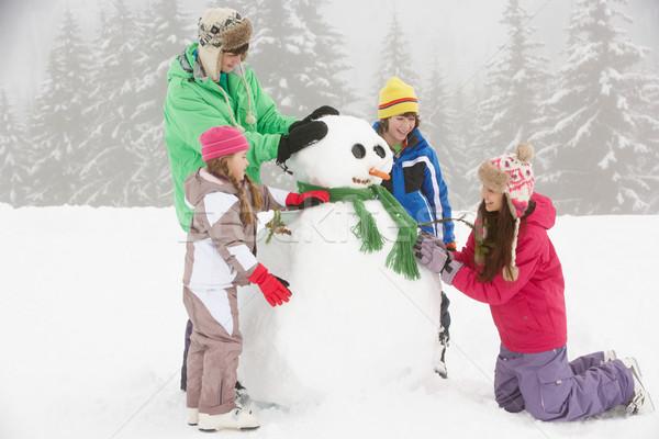 Foto stock: Grupo · crianças · edifício · boneco · de · neve · esquiar · férias