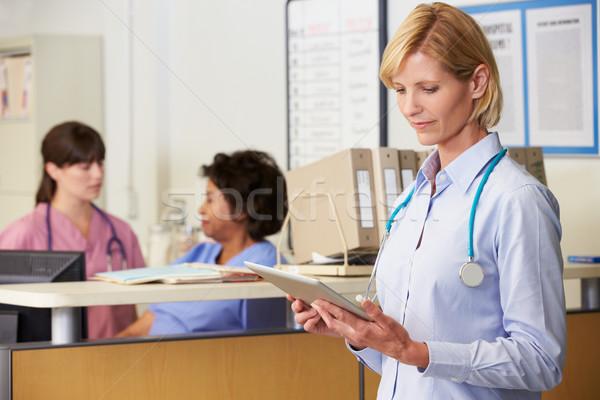 Сток-фото: женщины · врач · чтение · пациент · отмечает