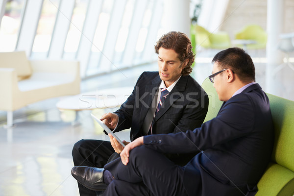 ストックフォト: ビジネスマン · デジタル · タブレット · 座って · 現代 · オフィス