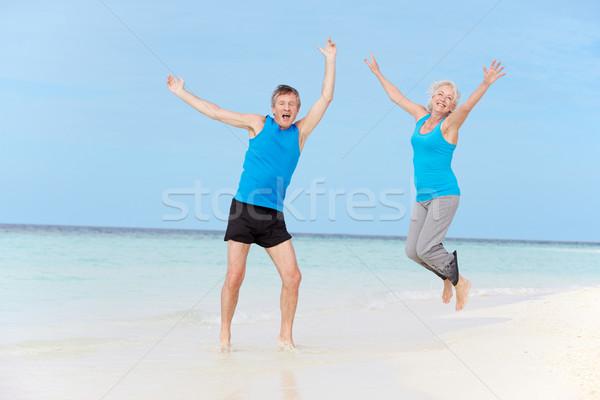 Stock fotó: Idős · pár · ugrik · gyönyörű · tengerpart · pár · férfiak